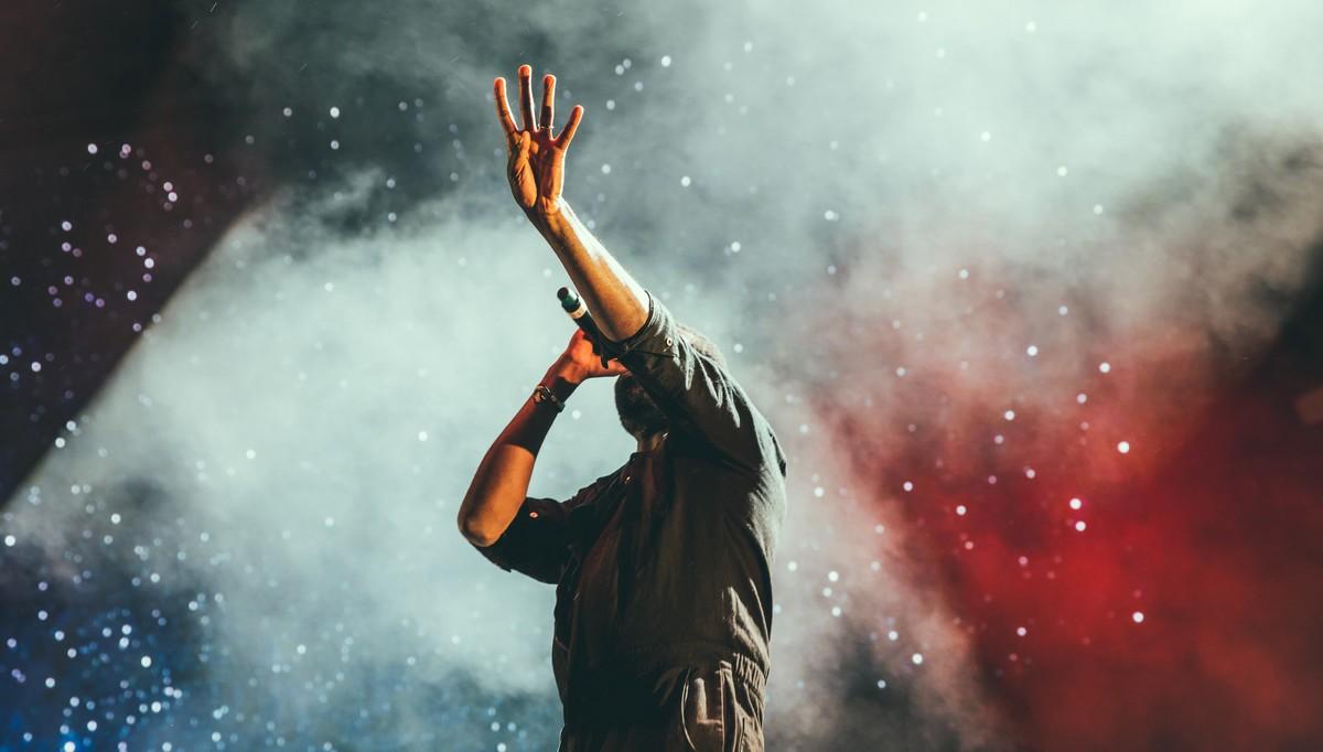Zpěvák na pódiu, jehož cílem je Cena Grammy.