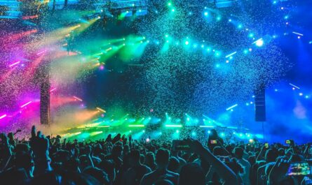 Hudební festivaly navštěvuje velké množství lidí.