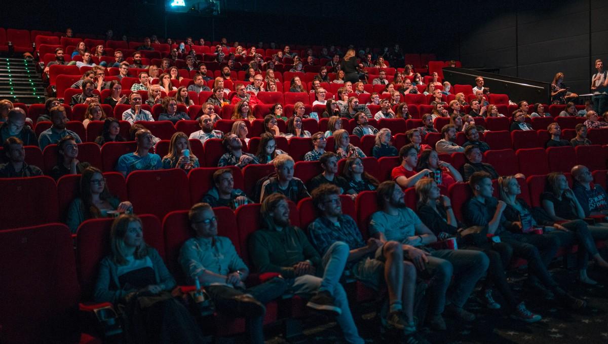 Kino přeplněné nadšenými diváky.