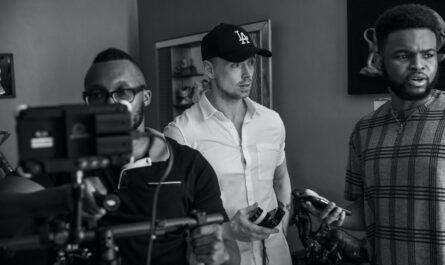 Nejlepší režiséři stojící za kamerou natáčí film.