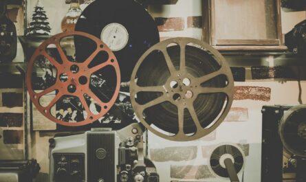 Stará kamera, ze které je přehráván němý film.