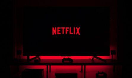 Nápis Netflix zobrazený na pozadí televizoru.