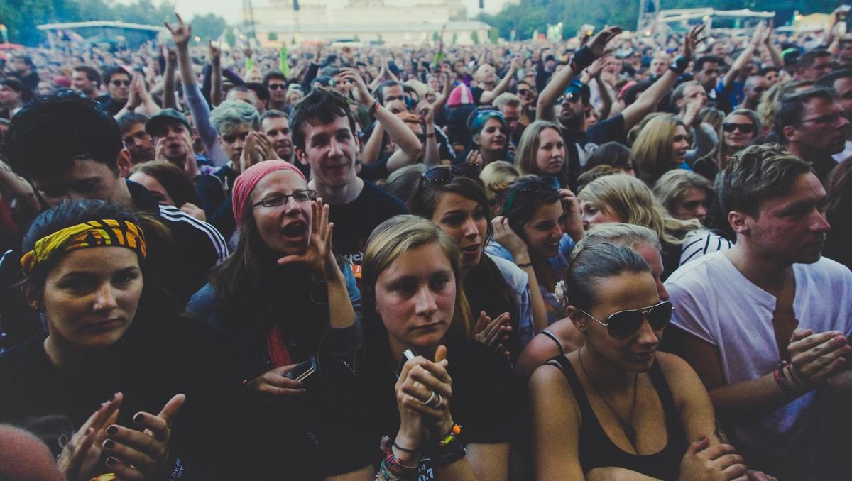 Mladí lidé, kteří navštívili hudební festival Woodstock.